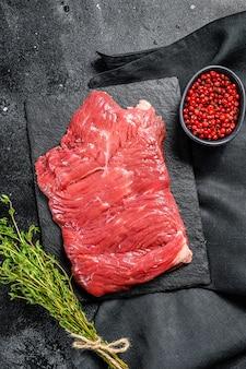 Bife de saia cru fora, carne marmorizada