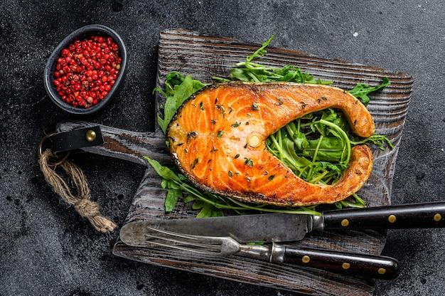 Bife de salmão assado com rúcula e pimenta