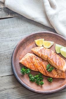 Bife de salmão assado com salsa fresca