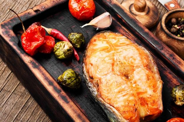 Bife de salmão assado