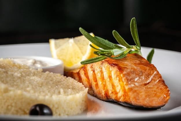 Bife de salmão com alecrim