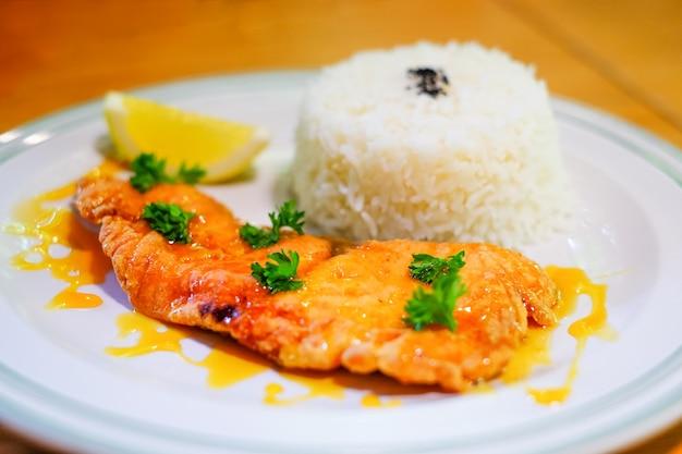 Bife de salmão com arroz