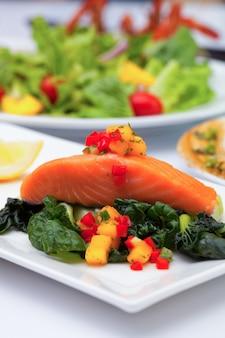 Bife de salmão com molho de manga