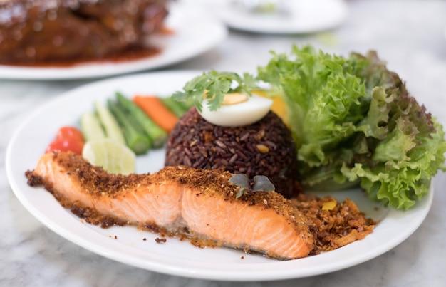 Bife de salmão com riceberry