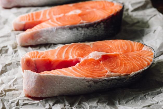 Bife de salmão cru em papel pergaminho