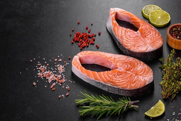 Bife de salmão cru fresco com especiarias e ervas preparadas para assar na grelha. comida saudável de frutos do mar