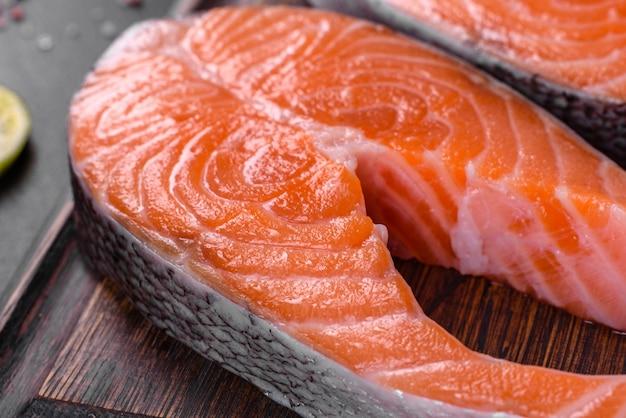 Bife de salmão cru fresco com especiarias e ervas preparadas para assar na grelha