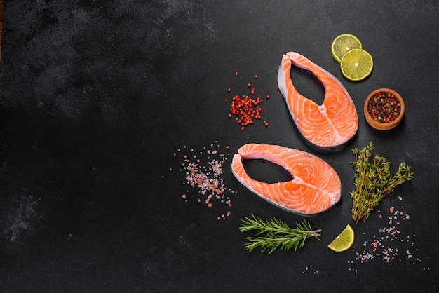 Bife de salmão cru fresco com especiarias e ervas