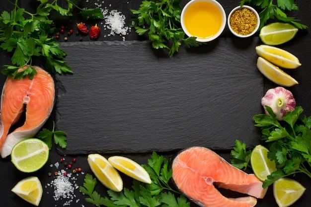 Bife de salmão cru fresco e ingredientes