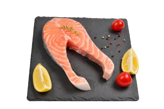 Bife de salmão cru isolado no branco.