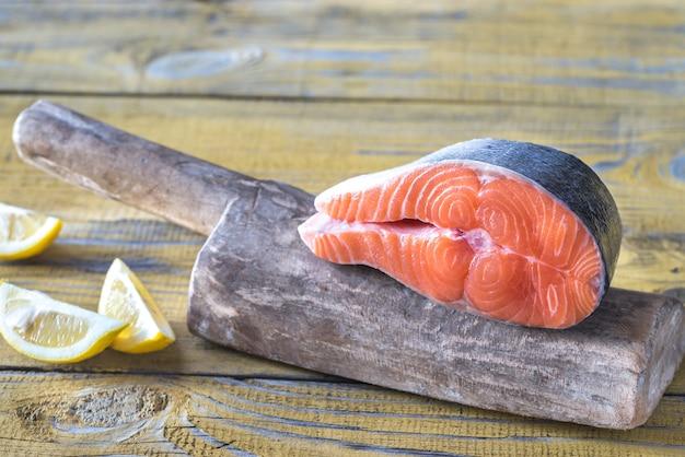 Bife de salmão cru na placa de madeira