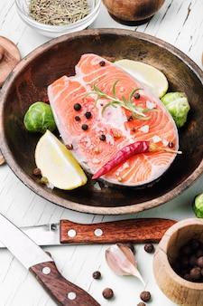 Bife de salmão cru