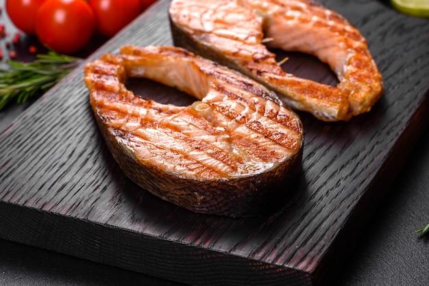 Bife de salmão delicioso cozido fresco com especiarias e ervas assadas na grelha. comida saudável de frutos do mar