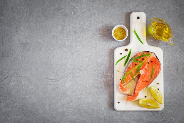 Bife de salmão fresco com ervas aromáticas e especiarias