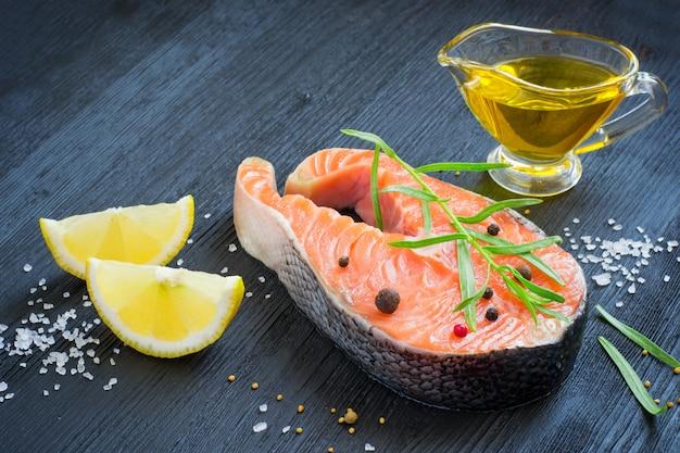Bife de salmão fresco com ervas aromáticas e especiarias.