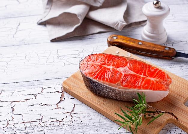 Bife de salmão fresco com especiarias