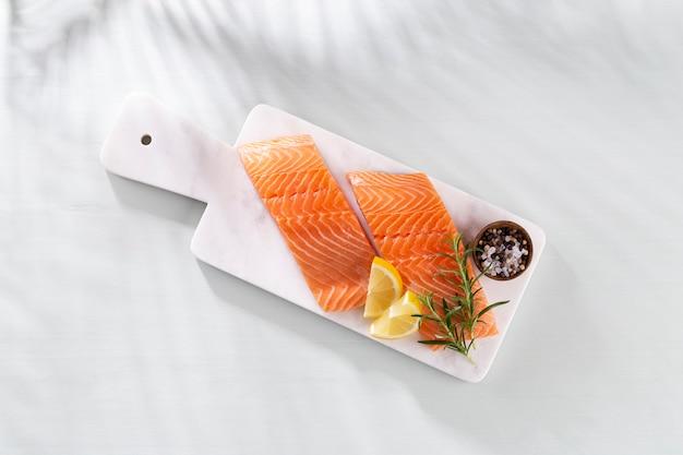 Bife de salmão fresco com espinafre e lentilhas