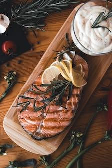 Bife de salmão grelhado com limão