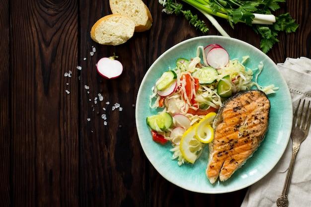 Bife de salmão grelhado e salada de vegetais vegetariana de salada de alface rabanete healthy copy space