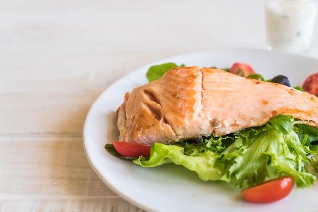 Bife de salmão grelhado