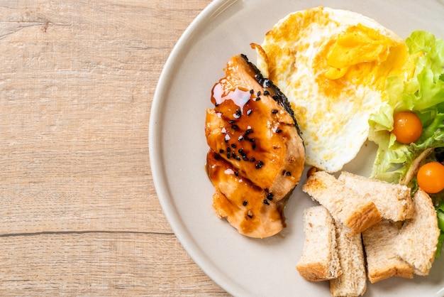 Bife de salmão teriyaki com ovo frito e salada