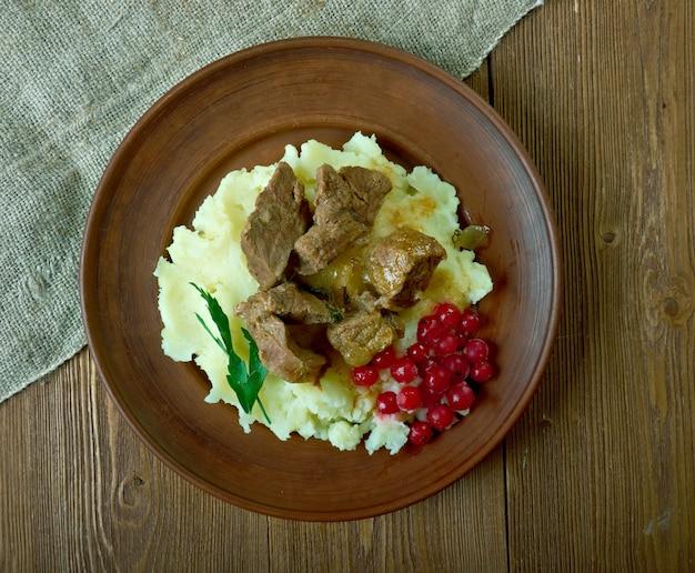 Bife de veado de rena salteado servido com purê de batata e mirtilo