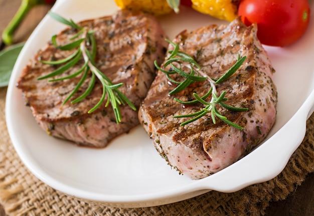 Bife de vitela macio e suculento médio raro com batatas fritas