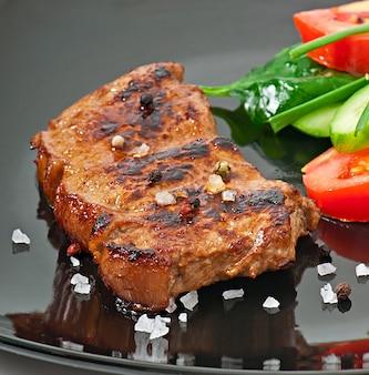 Bife e legumes grelhados