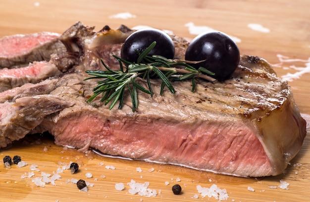 Bife fiorentina grelhado com rosemarine e azeitona