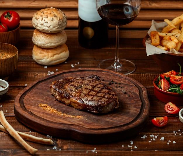 Bife frito na placa de madeira