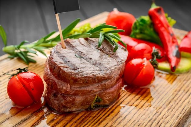 Bife grelhado com cubo de batata e tomate.