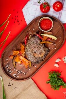 Bife grelhado com legumes fritos e ketchup