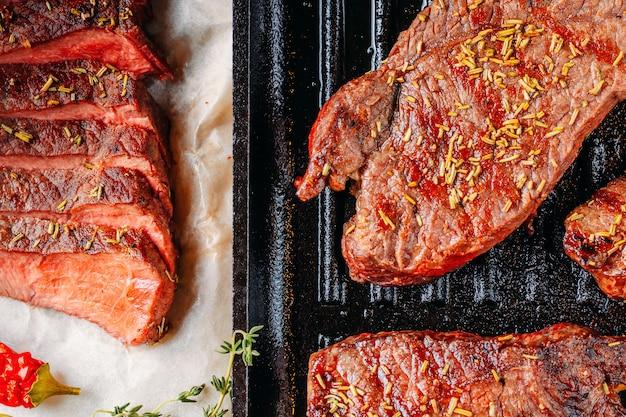 Bife grelhado na frigideira close-up, vista superior
