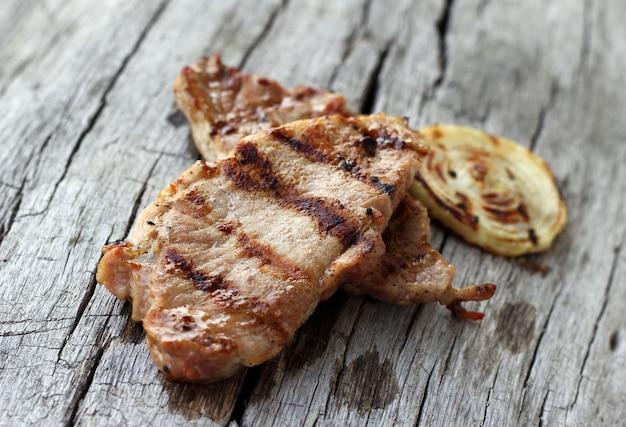 Bife grelhado na mesa de madeira