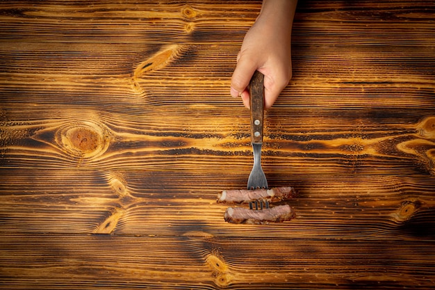Bife grelhado na superfície de madeira escura.