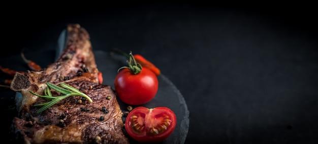 Bife grelhado no osso com tomate