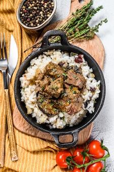 Bife madras com arroz basmati, comida indiana.