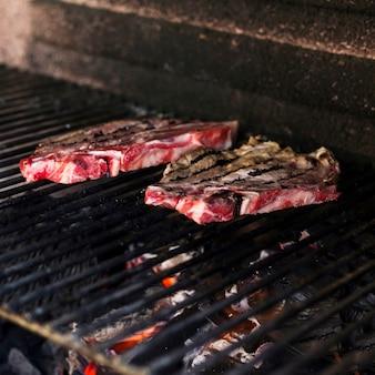 Bife na chapa de metal grelhado na churrasqueira