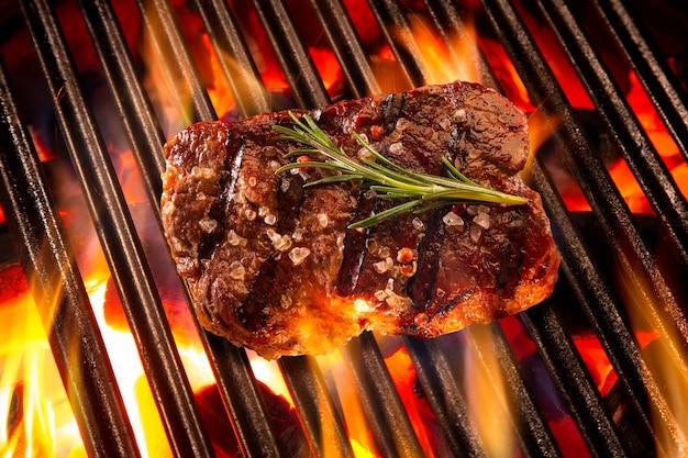 Bife na grelha com fogo. churrasco brasileiro.