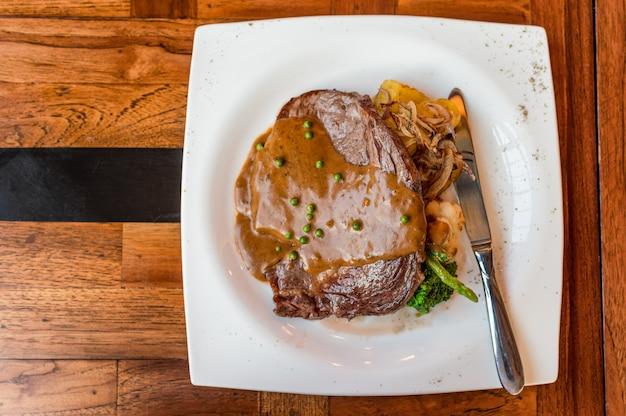 Bife ribeye austrália grelhado com maturação rara com molho de pimenta