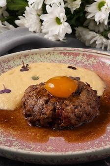 Bife saboroso com creme de batata moldura vertical