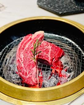 Bife saboroso e vegetais na mesa