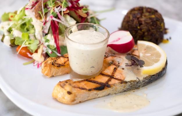 Bife salmão, com, riceberry, e, salada
