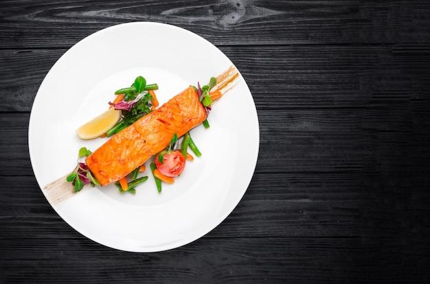 Bife salmão, com, sal, pimentas, limão, tomates, ligado, a, pretas, tabela madeira