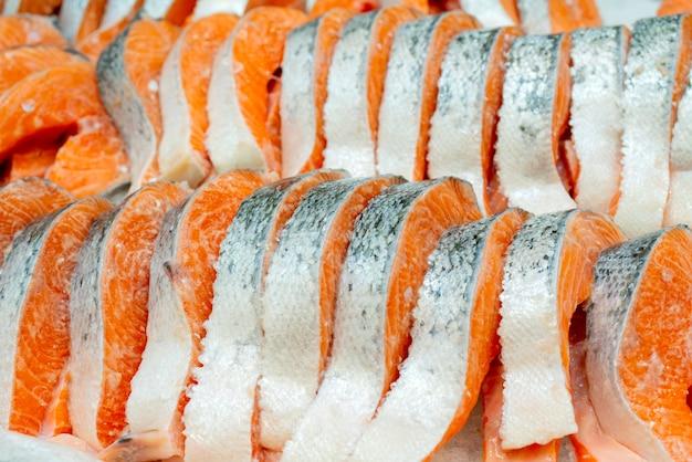 Bife salmon no gelo contrário em um supermercado.