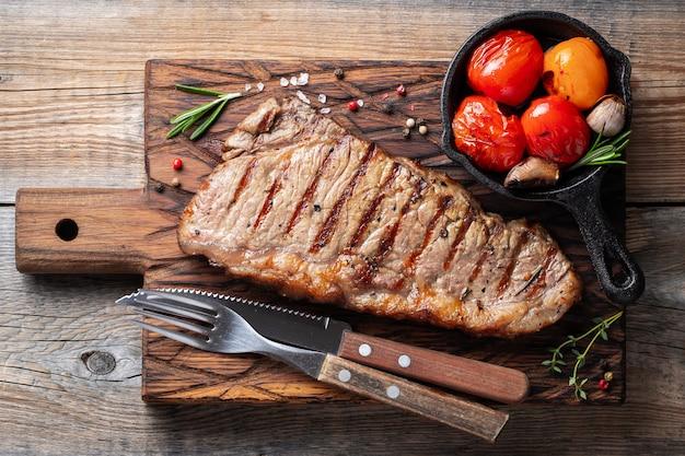 Bife striploin, grelhado com pimenta e alho.