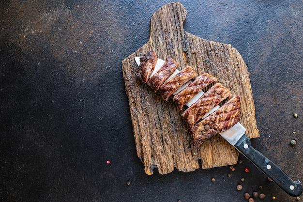 Bife suculento carne grelhada churrasco churrasco na mesa refeição saudável lanche cópia espaço comida