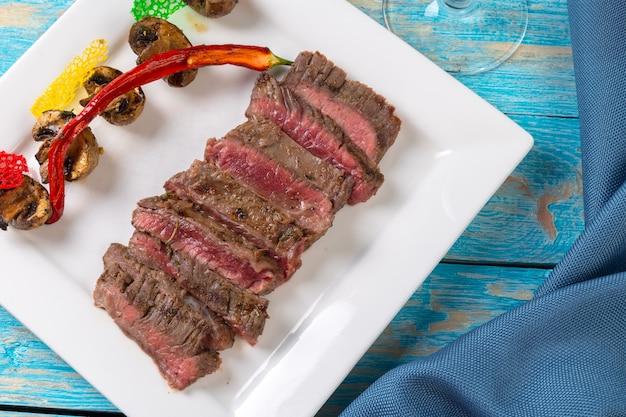 Bife suculento carne rara médio com especiarias e legumes grelhados