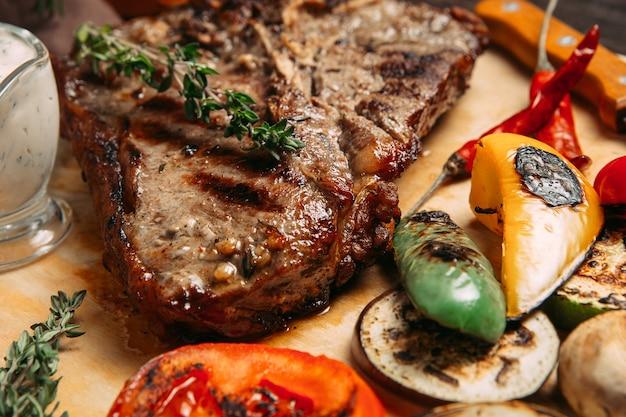 Bife suculento com legumes grelhados