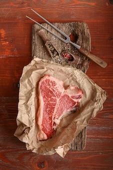 Bife tbone cru para o dia da bênção e férias de natal. um pedaço de carne orgânica fresca da fazenda
